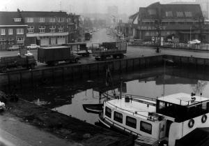 1965 De Belcrumhaven met zicht op de Belcrumweg richting stad. Aan de kade vrachtwagens van Stoof. | Foto: collectie Stadsarchief Breda